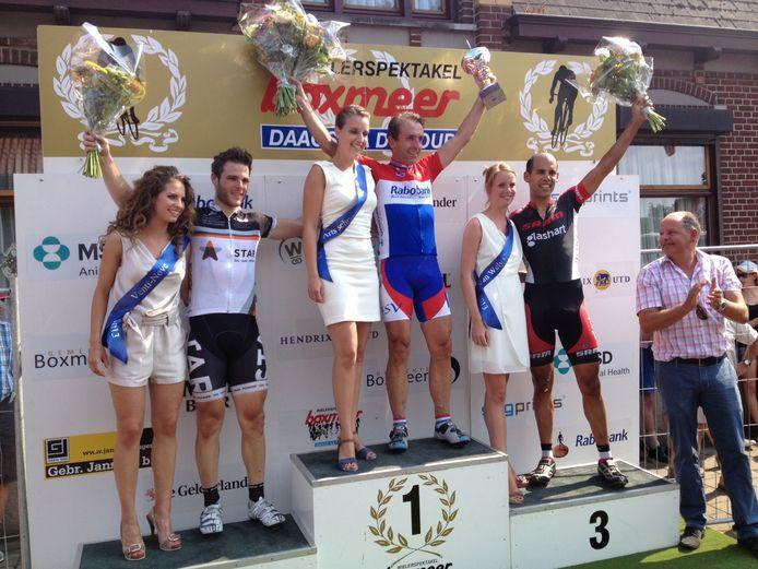 Pascal Schoots is het stralende middelpunt van de amateurs. De renner uit Tiel prolongeerde de titel in Boxmeer. Links nummer twee Stefan Laurijssen (Roosendaal), rechts nummer drie Imo de Woestijne (Mijdrecht).