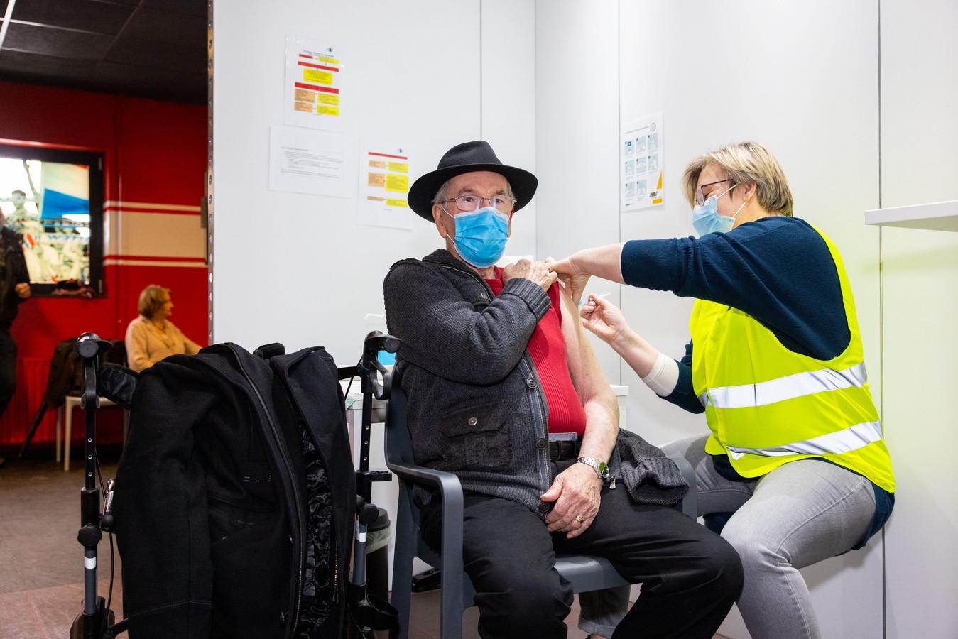 In februari werden de eerste mensen gevaccineerd in het Willem II Stadion.