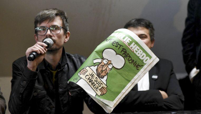 Cartoonist Luz met de meest recente Charlie Hebdo. De eerste editie na de aanslag verscheen op 21 januari. Beeld PHOTO_NEWS