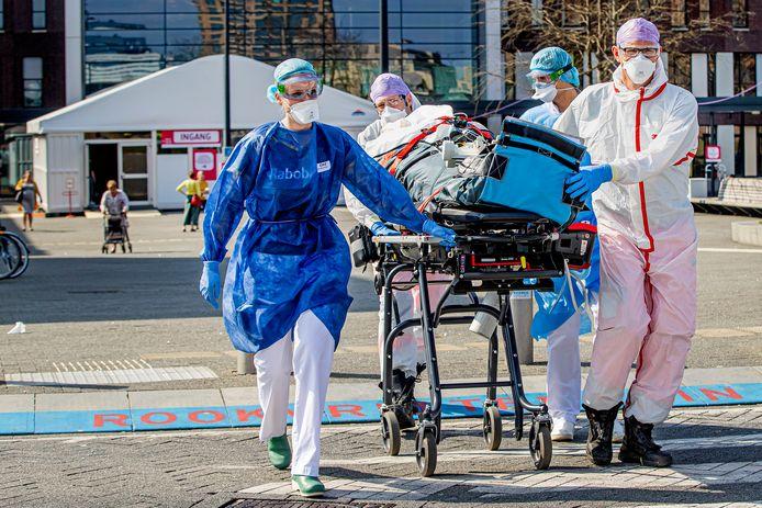 Met traumahelicopters zijn Nederlandse coronapatiënten naar Duitse ziekenhuizen gebracht.