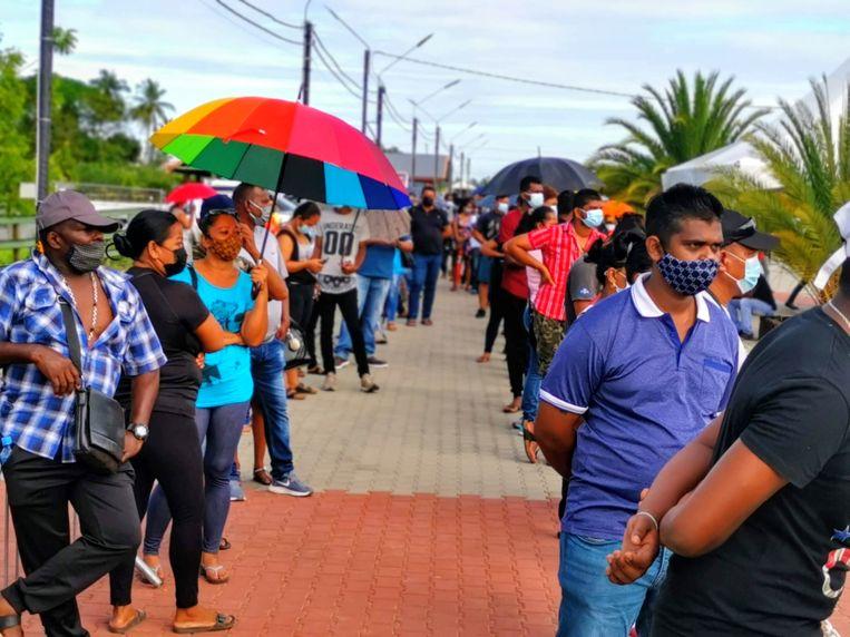 Suriname is in een zeer strenge lockdown, maar voor vaccinatie mochten mensen dit weekend naar buiten. Ze stonden soms wel vijf uur in de rij. Beeld Iwan Brave