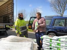 Twee zakken gratis compost per persoon vinden grif aftrek in de Zierikzeese milieustraat