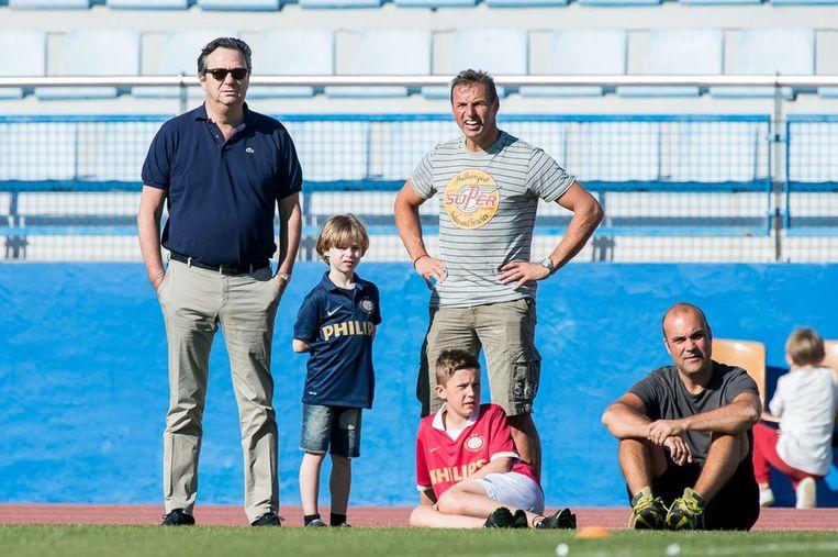 Algemeen directeur van PSV Tiny Sanders (L) bekijkt samen met supporters de training op de eerste dag tijdens het trainingskamp van hun club in Gran Canaria Beeld anp