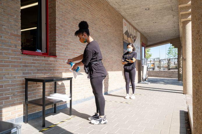 Het Huis van Gastronomie van COLOMAplus Mechelen kookt met foodboxen. Leerlingen van Restaurant en (Groot)keuken en Wereldgastronomie halen een foodbox op.