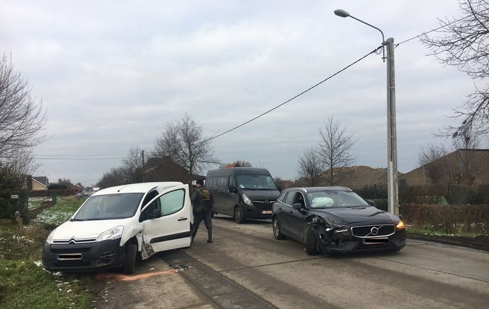 Beide voertuigen moesten getakeld worden na een ongeval langs de Kortemarkstraat in Hooglede.