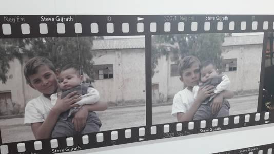 Een foto van een van de vele ontmoetingen van Steve Gijrath met vluchtelingen in Griekenland.