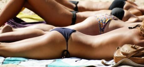 """Le bronzage """"seins nus"""" désormais interdit sur les plages françaises?"""