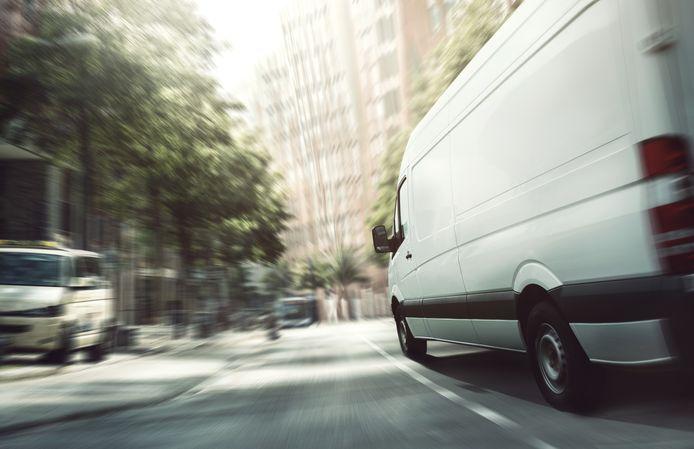 Pakketdiensten rijden dagelijks af en aan in woonwijken om alle online bestellingen te bezorgen.