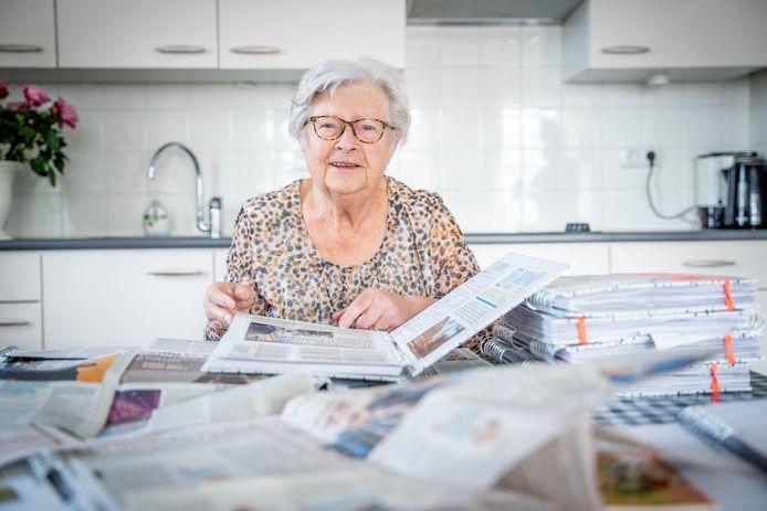 Annie van As verzamelt krantenartikelen over corona.