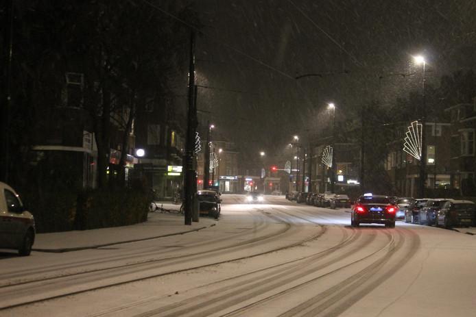 De eerste sneeuwval zorgt ook voor gladde wegen. Zoals hier op de Kleiweg in Rotterdam.