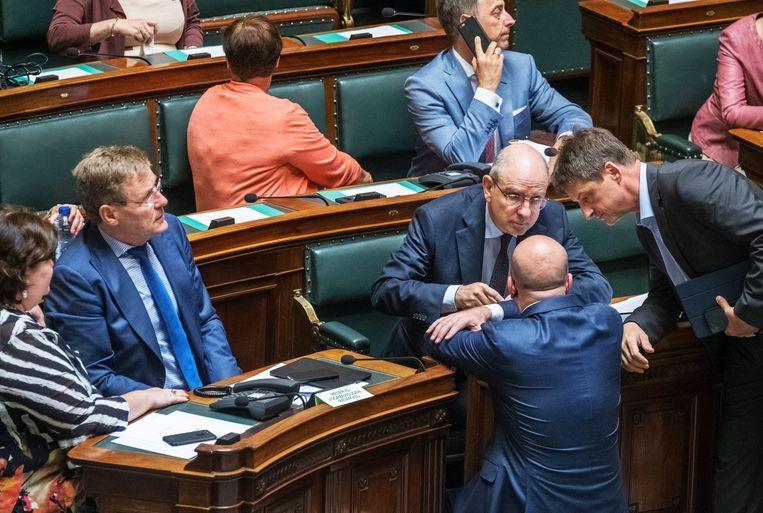 Justitieminister Geens (midden) overlegt met premier Michel (onder) en MR-voorzitter Chastel in het parlement. Opstappen is niet aan de orde, voorts bleef het vooral vaag.  Beeld Tim Dirven