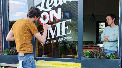 """Letterknecht maakt tekeningen op ramen van buren: """"Ze weten pas wat ik ga maken, als het erop staat"""""""