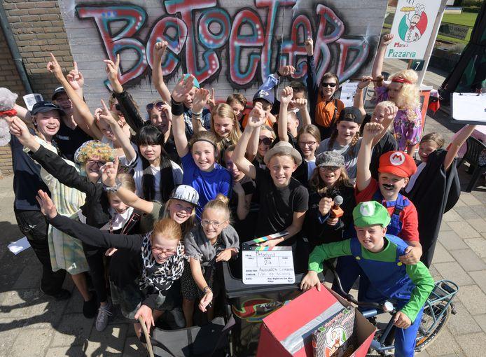 De Beatrixschool in Buren wordt als eerste opgeknapt. Vorig jaar had groep 8 er nog groot plezier tijdens het maken van een film.