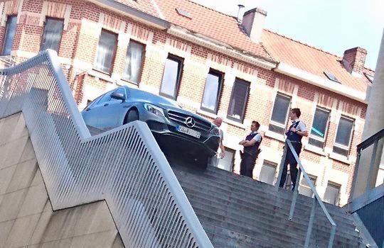 De Duitser balanceert met zijn Mercedes op de trappen naar het station, aan de Martelarenlaan.