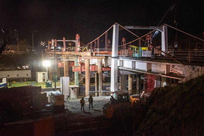 VRIJDAG 23 UUR: Voorbereidende werken afbraak Bergwijkbrug. De R4 wordt vol aarde gestort.