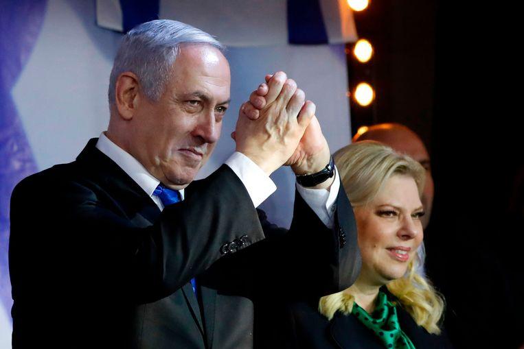 De Israëlische premier Benjamin Netanyahu, met rechts zijn vrouw Sarah, tijdens een verkiezingsbijeenkomst van zijn Likoed-partij vorige week in Petach Tikva. Beeld AFP
