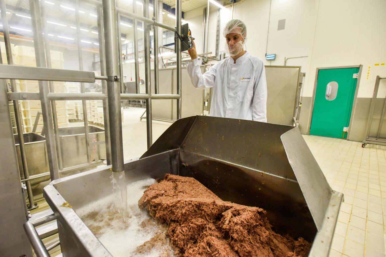 1. Het gegaarde draadjesvlees wordt machinaal getakeld tot bij en in de roux (een mengsel van olie en bloem). Die is gemengd met gloeiendhete van het vlees getrokken bouillon.