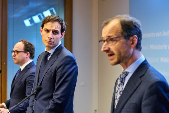 Ministers Koolmees (Sociale Zaken), Hoekstra (Financiën) en Wiebes (Economische Zaken) presenteren dinsdagavond een financieel noodpakket om bedrijven overeind te houden.