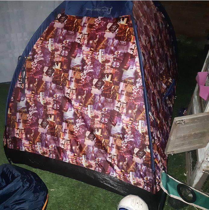Het tentje waarin de meisjes aan het kamperen waren.