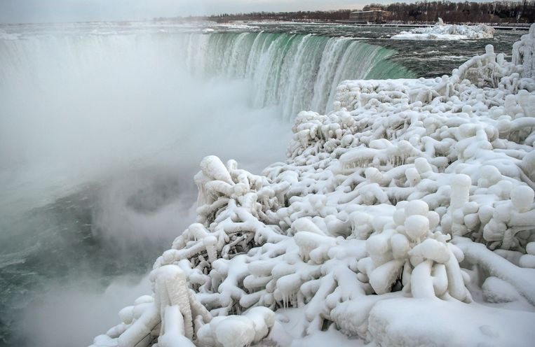 Ice and snow cover branches near the brink of the Horseshoe Falls, due to subzero temperatures in Niagara Falls, Ontario, Canada  January 22, 2019.  REUTERS/Moe Doiron Beeld REUTERS