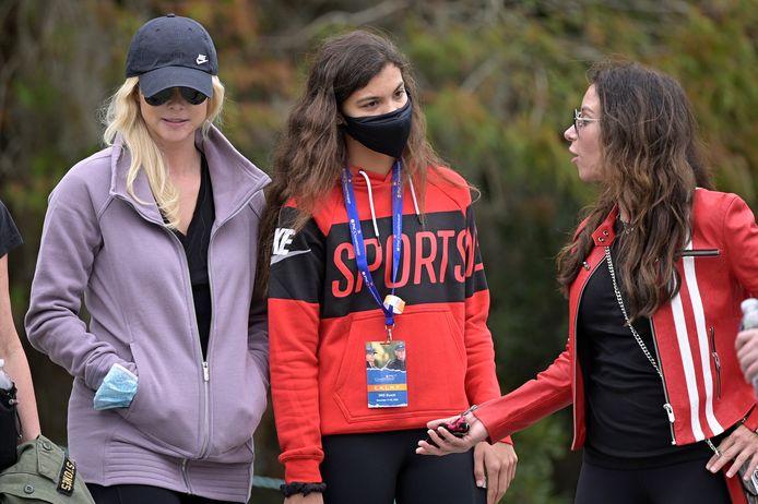 Sam Alexis Woods, la fille de Tiger, au championnat PNC à Orlando le 20 décembre 2020. Elle est accompagnée d'Elin Nordegren, ex-compagne de Tiger Woods (à gauche) et d'Erica Herman, la partenaire actuelle du golfeur (à droite).