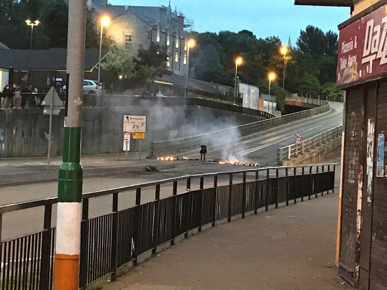De voorbije nachten kwam het al tot onlusten in de Noord-Ierse stad Londonderry. Er werden zelfgemaakte bommen en molotovcocktails naar de ordediensten gegooid. Er wordt gewezen naar de New IRA, de dissidente Iers-republikeinse paramilitaire organisatie, als aanstichter van het geweld.