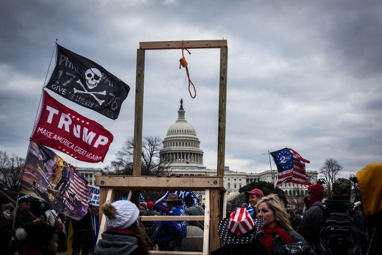 Op 6 januari stoomden duizenden Trump-supporters, inclusief galg, op naar het Capitool. Huis van Afgevaardigden-voorzitter Nancy Pelosi wil nu een 9/11-achtig onderzoek naar de bestorming.   Beeld Getty