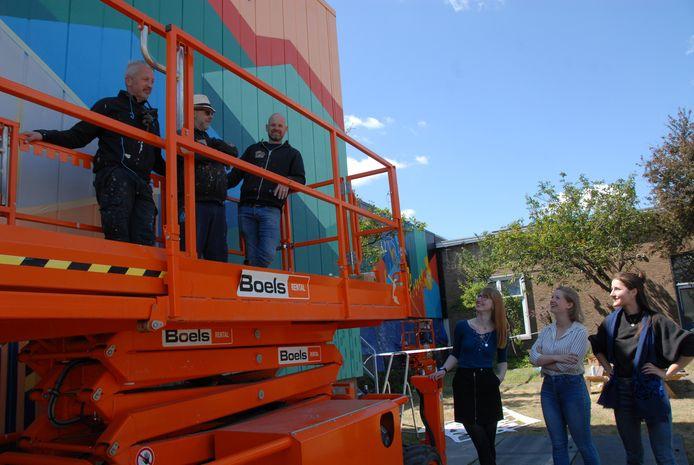 De graffiti artiesten Patrick de Kaste, Gunther Baeyens en Jan-Henk van Ieperen worden gadegeslagen door de ontwerpers Floor Rebbers, Ivy Kneppers en Annelie Martens