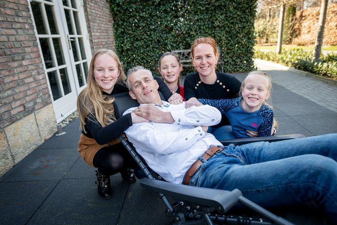 Dennis Lammersen, zit door een ziekte veel in een ligstoel. Het gezin heeft een aangepaste bus nodig om samen er uit te kunnen. Van links naar rechts: Maud, Dennis, Iris, Jolanda en Evi.