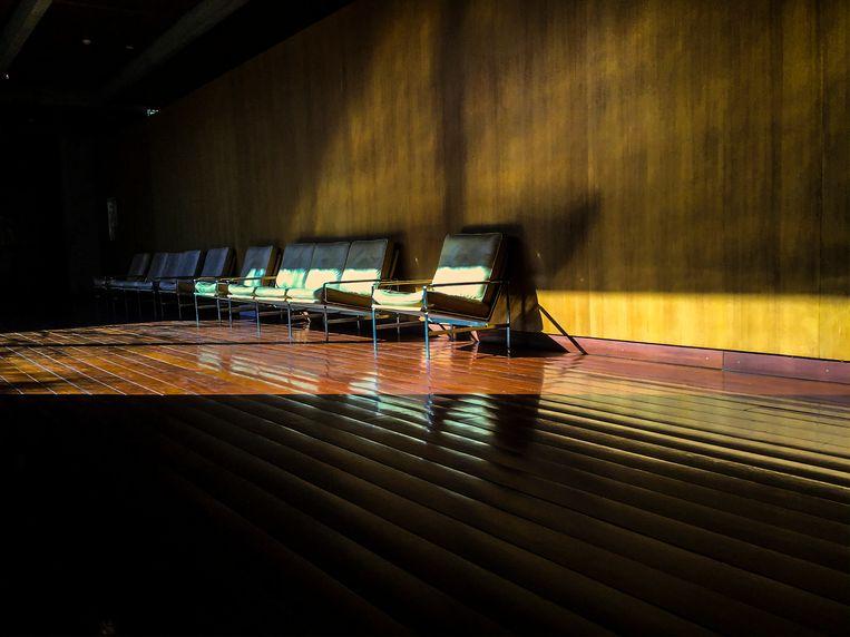 Ik was verdwaald in de tuin van een museum en vroeg twee eenden naar de uitgang, en daar zag ik deze stoelen.' (Foto: 'Ask the Ducks', Lissabon, 2020.) Beeld Tom Barman