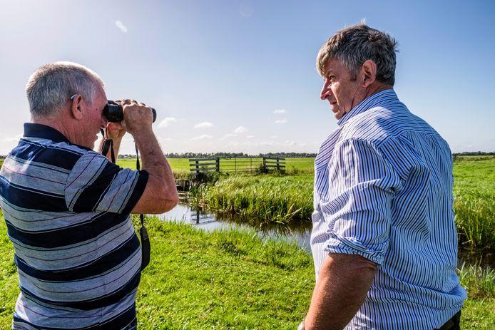Henk Oussoren (links) en Nico Oudshoorn bij de jaarlijkse zomertelling van zwanen en ganzen afgelopen zaterdag in Vinkeveen.