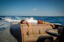 Dimitri Vegas rust uit op de boot tijdens hun tour op Ibiza.