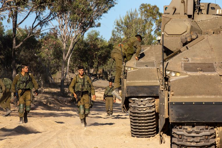 Israëlische troepen had afgelopen nacht om iets na middernacht op Twitter gezet dat grondtroepen en de luchtmacht aanvallen uitvoerden op de Gazastrook. Beeld Photo News