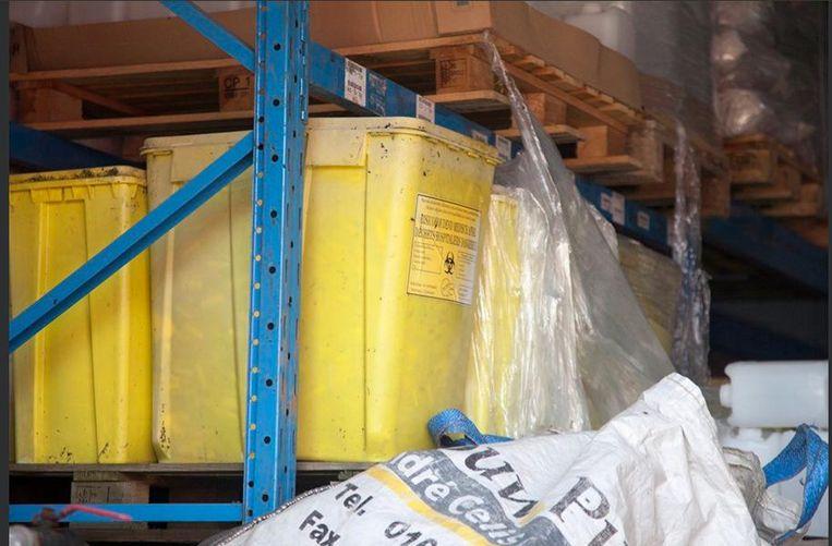 Buurman S.T. stapelt bovendien tonnen met gevaarlijk medisch afval op in zijn bedrijf.