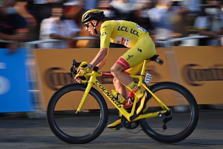 Tourwinnaar Tadej Pogacar draagt het geel in de laatste etappe van de Tour de France, hier in Parijs.  Beeld BELGA