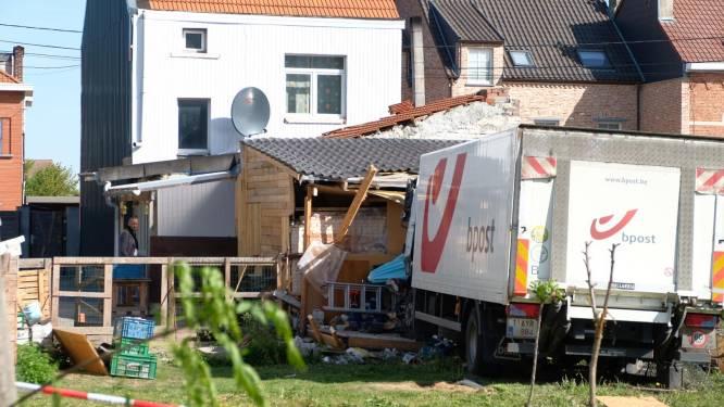 Vrachtwagen rijdt tegen huis en mist bewoonster op een haar na