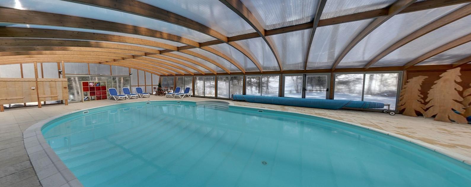 Het hotel beschikt over een zeer ruim overdekt zwembad.