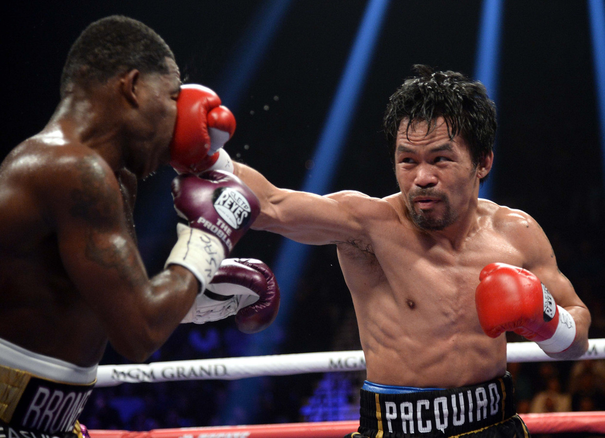 Manny Pacquiao (rechts) en Adrien Broner tijdens een WBA weltergewicht wereldtitel bokswedstrijd in MGM Grand Garden Arena.