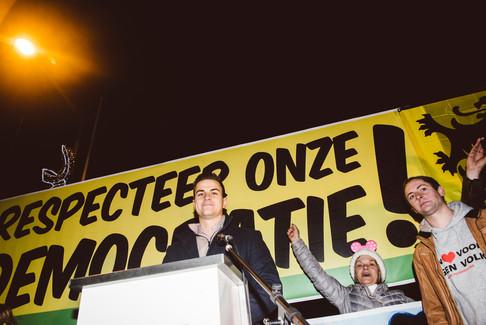Foto van Meer dan duizend betogers protesteren tegen nieuw stadsbestuur in Ninove