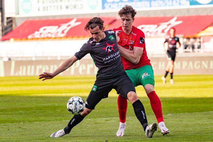 Cercle-speler Olivier Deman (l.) in duel met Jack Hendry van KV Oostende.