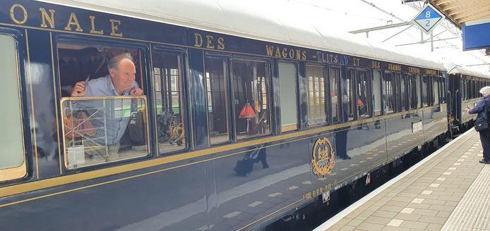 Hans Zonneveld uit Amsterdam, zittend in de trein, arriveert in Roosendaal.