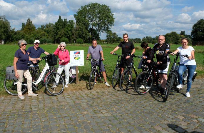 Schepen Ivo Andries (centraal met grijs T-shirt) reed één van de nieuwe routes in samen met enkele fietsvrienden.