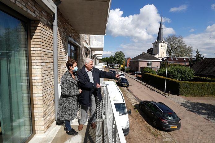 """Antoon Boerakker toont zijn dochter Anita het balkon van zijn nieuwe appartement in De Oevelgunne in Gendringen. ,,Prachtig. Dit wil iedereen toch wel?"""""""