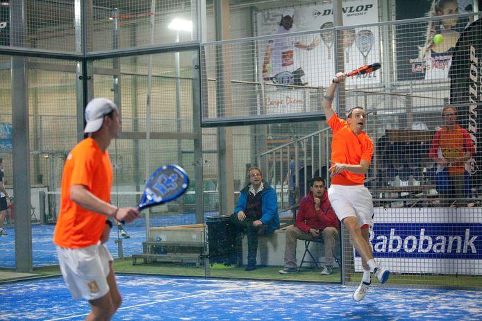 Eerder werd het EK Padel bij La Playa in Rijswijk gehouden (met rechts Marcel Bogaart in actie). Waalwijk krijgt nu ook zo'n groot sport en evenementencentrum.