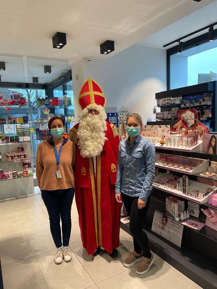 Caroline Rigo van de Hasseltse make-uplijn Cent Pur Cent gaat op Sinterklaastocht bij verschillende Limburgse apothekers om persoonlijk een cadeautje af te leveren.