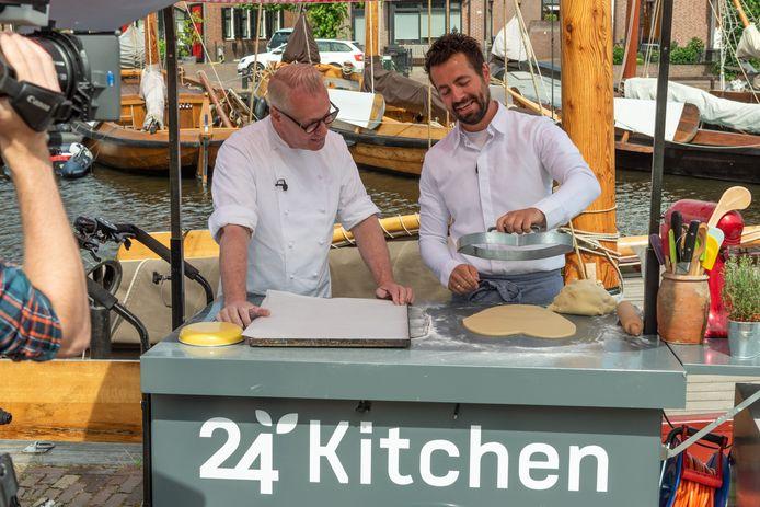 Rudolph van Veen (links) leert van bakker Martijn Hartog hoe Spakenburgs Hart gemaakt wordt.