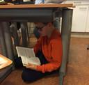 Lekker lezen onder het schooltafeltje