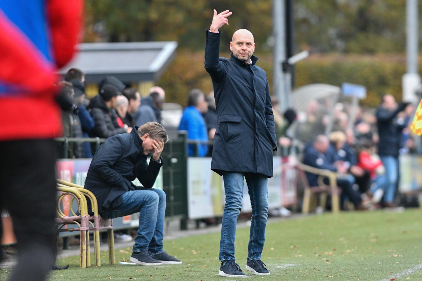 John Dooijewaard (r) coacht DVS'33 in het verloren duel met Barendrecht. Jaap de Vries (l) ziet het onheil al naderen.