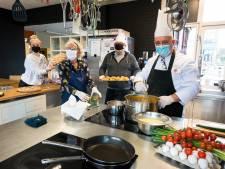 Topkoks koken voor eenzame ouderen: 'Een fijn gesprek, een vrolijke noot en een heerlijke maaltijd'