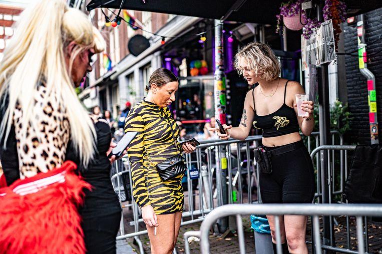 Bezoekers aan Club Nyx in Amsterdam laten hun QR-code scannen bij de ingang van de club.  Beeld Hollandse Hoogte / Joris van Gennip